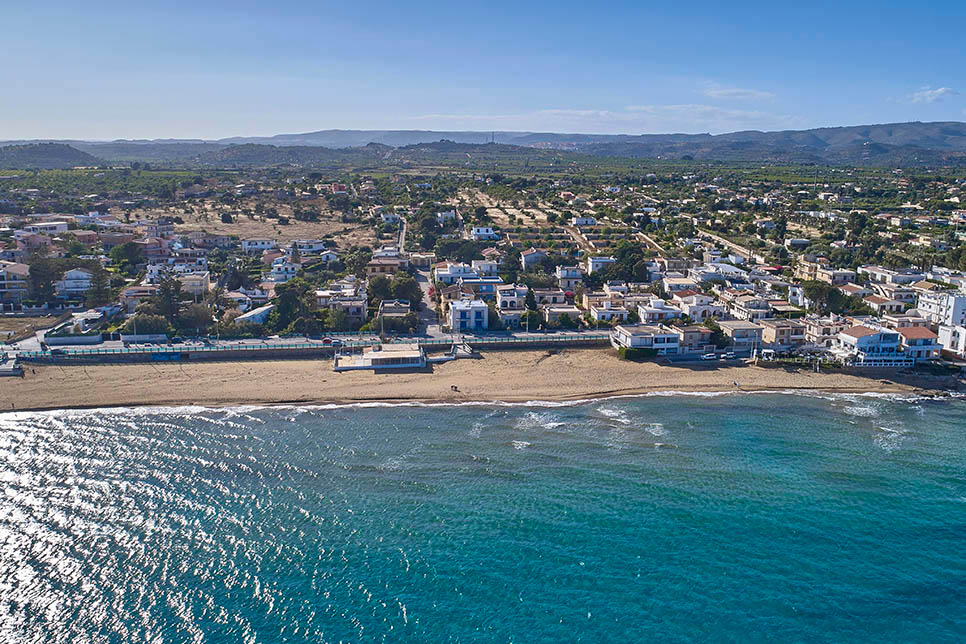 The sandy beach at 10 min walk from Casa del Carrubo, Noto